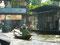 Original - eine alte Frau paddelt mit ihren Wagen zu den Schwimmenden Märkten