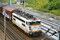 La BB 25560 en tête d'un train de fret longe le triage de Tergnier le 28 juin 2002. Radiée le 10/08/2004. Photo MB