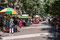 Fussgängerzone mit zahlreichen Marktständen