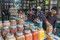 Brigitte lässt sich beraten und kauft Masala, Curry und weitere gute Gewürze ein