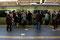 ... die sich dann aufteilt, damit die ankommenden Passagiere ungehindert aussteigen können
