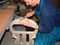 Mit Hilfe der Raspel wird die Anpassung von Ober- und Unterstock sowie Eckklötzen weiter verfeinert.