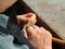 Der Rohling des Steges muss nach dem Aufpassen der Stegfüße auf die Wölbung der Decke noch endgültig in Form gebracht werden und erhält die Saitenkerben.