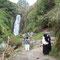 A la cascade de Peguche, trois otavalais en costume traditionnel