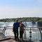 Zwei Touris bei den Niagarafällen