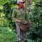 """Auf dem Weg zum """"El Nicho"""" kommen wir an Kaffeeplantagen vorbei und machen einen spontanen Stop. Unser Reiseleiter entdeckt einen Erntehelfer (sehr unbeliebter Job auf Kuba) und er erklärt uns seine Arbeit..."""