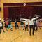 指導者用の振り付けで、練習する30名の受講生。