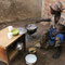 una mamma mentre prepara la bouille