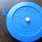 こちらも現役の巻尺。白いボタンを押すと巻取ります。ハイテク!