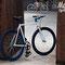 Bicicletta fissa Aqua in esterni con altro modello bici in sfondo