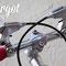 Dettaglio leve freni su manubrio cromato silver della bici fissa Bullhorn