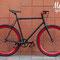 Primo piano su sfondo color mattone di bicicletta a scatto fisso Toro Loco