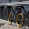 Bici fixed in primo piano con sfondo urbano