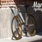 Bici fixed con cerchi e dettagli anodizzati color oro fotografata in luce ed ombra