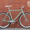 Bicicletta a scatto fisso Tiffany in primo piano su sfondo color mattone