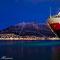 Hurtigruten-Postschiff bei Nacht in Tromsö