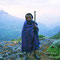 朝霧の中で突如現れた山岳民族の少年