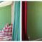 Kinderzimmer mit neu gestaltetem Kleiderschrank und Himmelbett