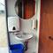 Waschbecken mit Seifen- und Handtuchspender, Mülleimer