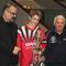 Kapitän Niklas Theisen nimmt den Pokal der Fulder Zeitung aus den Händen von Sportredakteur Harry Wagner (links) und dem stv. Regionalbeauftragten Werner Scheffler entgegen.