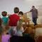 Nehemia-Familienstunde - das Ziel war, mit einem Tischtennisball durch das große Loch zu treffen