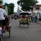 """Yogyakarta. Eine Fahrt mit der Rikscha scheint da ein """"Touri"""" Pflichtprogramm zu sein."""