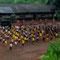 Unterwegs zwischen Bandung und Yogyakarta. Da herrscht an den Schulen Disziplin, sieht zumindest so aus.