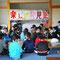 初日9時に北地区児童センターに集まった子供たち グループ毎に分かれて、これからの計画を話し合った。