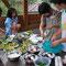 サラダ、肉汁、カレー、オムレツ、スープなどそれぞれに 工夫しながら調理している