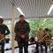 23.04.2017 | Nach einem musikalischen Intro lädt Ruppe Koselleck vom Berliner Kunstverein die Gäste zur Vernissage in den Kleintiergarten | Foto: Mara Mauermann