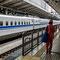 Les agents d'entretien du Shinkansen, attendent sagement le train pour le nettoyer dès son arrivée