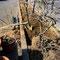 骨の折れる抜根および庭園灯撤去作業