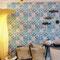 Delfter Kacheln gibt es auch als Tapete, die mit italienischer Garderobenkunst ein stilvolles Entrée rund machen
