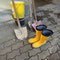 Stilleben mit gelben Gummistiefeln