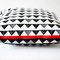 Kissen Dreiecke 50 x 50 cm mit sichtbarem roten Reißverschluss