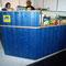Ausgabetresen mit Eckelement, Cocktailaufsatz und Hygieneschutzaufsatz, Front Fichte gebeizt und lackiert, Tresen- und Arbeitsplatte mit Schichtstoff belegt