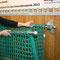 Wichtig: Vor dem Schließen die Seitenteile des Netzes auf die Stifte der hinteren Stange legen.