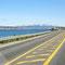 ... kommt endlich die Insel Kvaløya in Sicht - und natürlich die berühmte Brücke in Tromsø.
