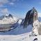 Die letzten Meter stapfen wir ohne Ski, weil der Schnee direkt am Rand stark mit schwach überdeckten Steinen durchsetzt ist.
