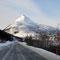 Weiter geht's am Fjord entlang bis wir am Fuß des Skitourenziels Skinkollen ...