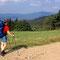 ... der auch beim Abstieg nach Eck noch anhält. Am Horizont sind die beiden Osser-Gipfel gut zu sehen.