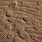Künstliche und natürliche Muster im Wüstensand