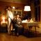 Filmstill: wie aus dem Nichts taucht Lilith hinter Martha auf
