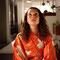 Filmstill: Die Frau schlüpft heimlich in den Kimono