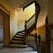 Très bel escalier en bois desservant les étages.
