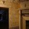 La cheminée présente un bas-relief et le mur est gravé.