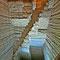 Les escaliers courant vers le fond et les gradins bien marqués.