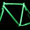 Telaio in camera oscura della bici fissa Swan. Evidenza della fosforescenza.