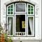Ein Fensterelement der Rückseite bestehend aus 3 Oberlichtern, einem festen Mittelteil und 2 Drehflügeln.