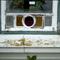 Das Holzfenster und die Verglasung im Originalzustand.
